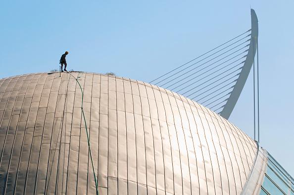 Rooftop「14 October 2009 - Valencia, Spain - Maintenance workers equipped with climbing gear is scaling the roof of the Hemisferic. The Building is part of spanish architect Santiago Calatrava's Ciudad de les Arts i Ciences/Ciudad de los Artes y Ciencias (City of」:写真・画像(16)[壁紙.com]