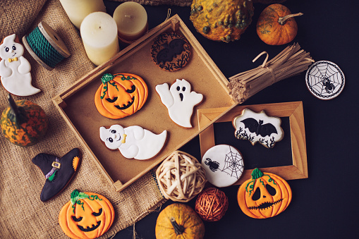 Halloween ghost「Taking your Halloween decorations out of the box」:スマホ壁紙(14)