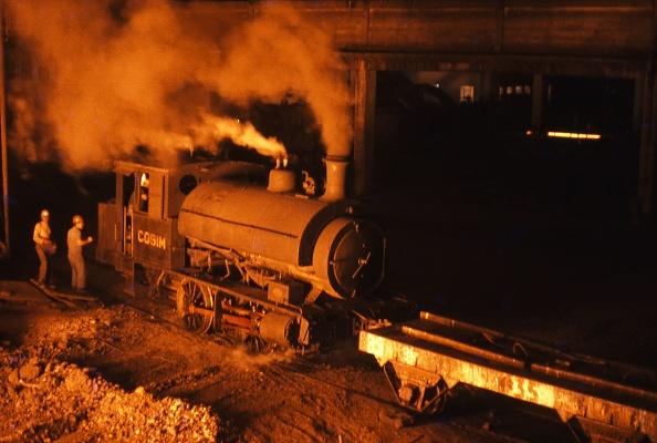Stuart - Florida「A Scottish Stewart built 5'3'' gauge 0-4-0 ST 1903 during its workday chores at its Steelwork at Mogi Das Cruzes.14-11-1978.」:写真・画像(3)[壁紙.com]