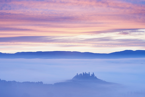 UNESCO World Heritage Site「Farmhouse in misty Tuscan landscape at dawn」:スマホ壁紙(2)