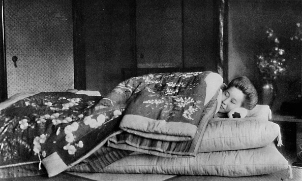 Traditional Clothing「'Saki, the housekeeper sleeps on a mattress with hard pillow under a quilted kimono', c1900, (1921)」:写真・画像(19)[壁紙.com]