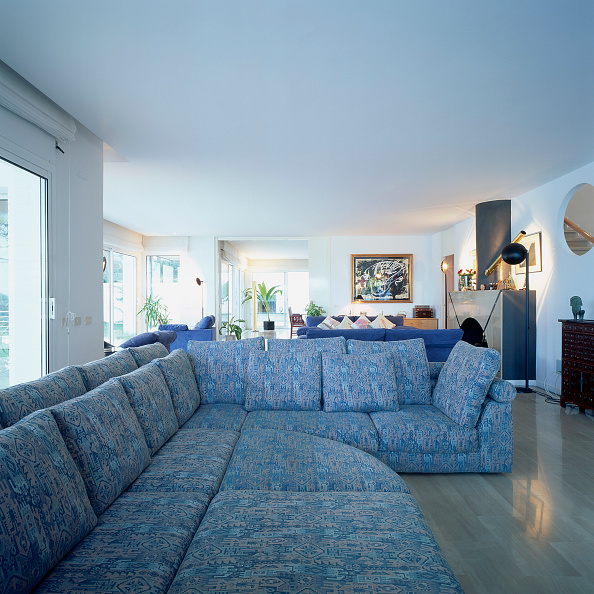 Sofa「View of comfortable couches in a living room」:写真・画像(2)[壁紙.com]