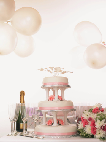 結婚「Wedding cake on table by champagne and bouquet」:スマホ壁紙(7)