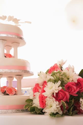 シリーズ画像「Wedding cake on table by bouquet of pink and white flowers」:スマホ壁紙(16)