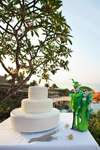 Sayulita「Wedding cake and Day of the Dead statues on table」:スマホ壁紙(3)