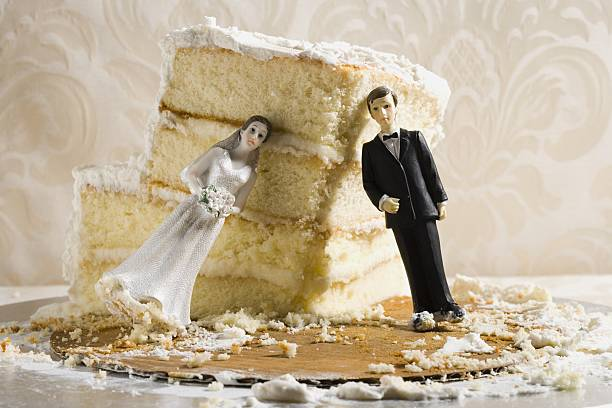 Wedding cake visual metaphor with figurine cake toppers:スマホ壁紙(壁紙.com)