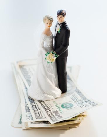 結婚「Wedding cake toppers on stack of cash」:スマホ壁紙(9)