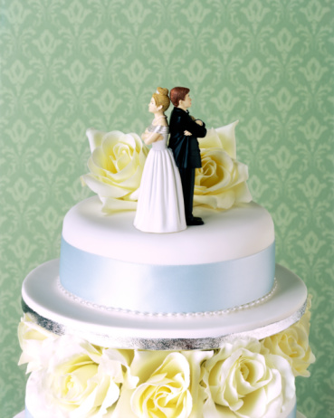 Married「Wedding cake with couple having argument」:スマホ壁紙(12)