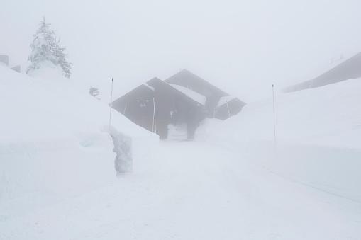 Snowdrift「Snow drifts near driveway and house」:スマホ壁紙(16)