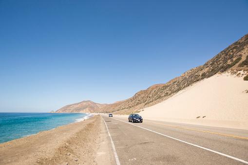 Road Marking「USA, Malibu, cars on Pacific Coast Highway」:スマホ壁紙(13)