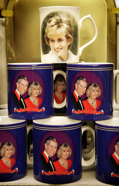 Souvenir「Souvenirs On Sale For Charles And Camilla Wedding」:写真・画像(12)[壁紙.com]