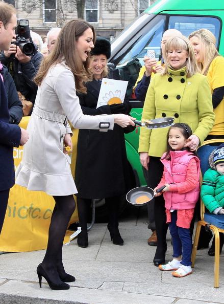 Throwing「Prince William And Kate Middleton Visit Northern Ireland」:写真・画像(17)[壁紙.com]