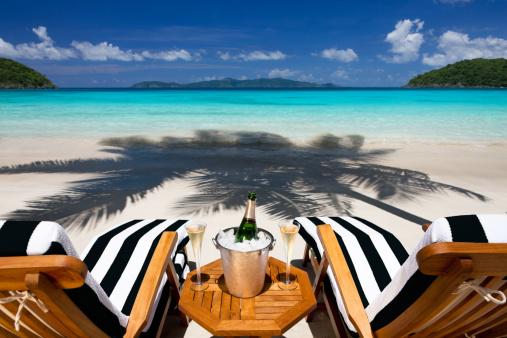 島「リクライニングチェア、シャンペンで、トロピカルなカリブ海のビーチ」:スマホ壁紙(19)