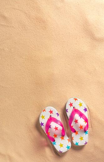 Flip-Flop「Flip-flops on beach with copy space」:スマホ壁紙(5)