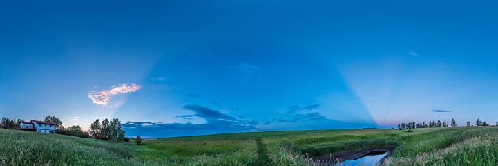 満ちていく月「Crepuscular rays sweeping across the sky, Canada.」:スマホ壁紙(16)