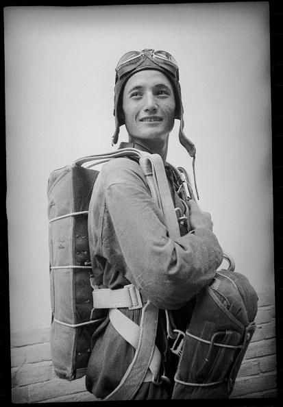 Max Penson「A Parachuter」:写真・画像(19)[壁紙.com]