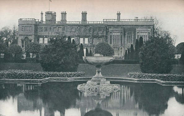 Elizabethan Style「Castle Ashby, Northants: South Side, With Fountain, c1915」:写真・画像(2)[壁紙.com]