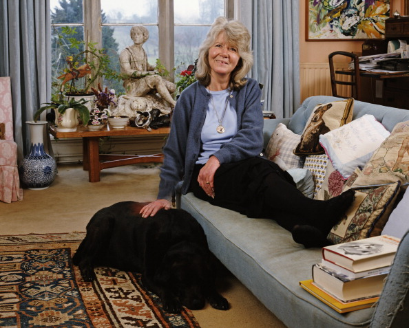 Bryn Colton「Jilly Cooper At Home」:写真・画像(4)[壁紙.com]