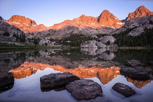 インヨー国有林「Mountains reflecting in lake Ediza at sunrise, Inyo National Forest, California, America, USA」:スマホ壁紙(13)