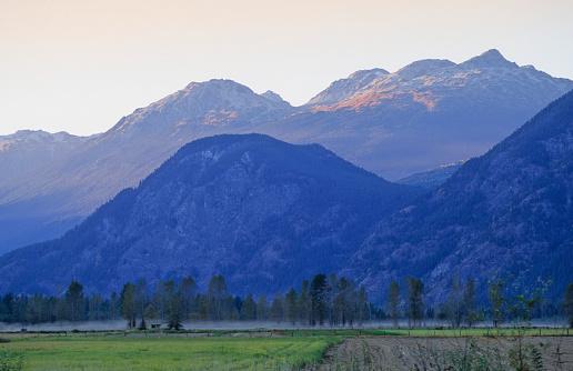 Pemberton「Mountains Rise In Late Summer Day Above Pemberton Valley」:スマホ壁紙(18)