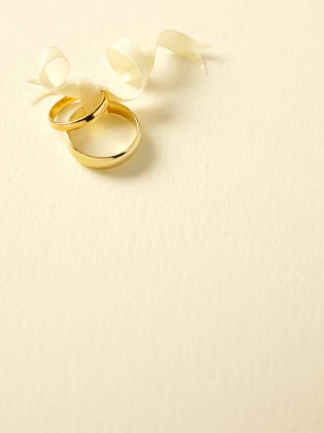 Two Gold Wedding Rings:スマホ壁紙(壁紙.com)