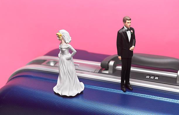Divorce honeymoon couple on suitcase:スマホ壁紙(壁紙.com)