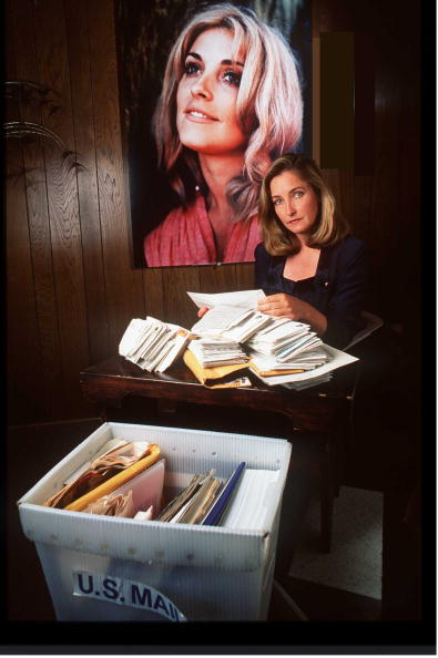 Following - Moving Activity「Patty Tate Sister Of Slain Actress Sharon Tate Opens Mail From Her Family Appeal To Keep Manson And」:写真・画像(2)[壁紙.com]