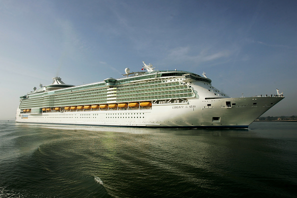 Ship「Worlds Largest Cruise Ship Docks In Southampton」:写真・画像(2)[壁紙.com]