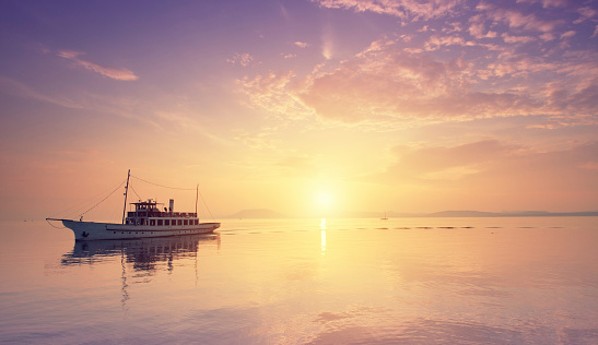 太陽の光「船の夕暮れの湖です。」:スマホ壁紙(12)