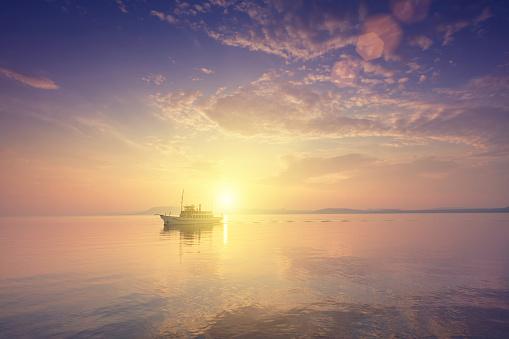 Lake Balaton「ship on the lake at sunset.」:スマホ壁紙(16)