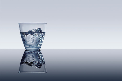 Reflection「Ice cube in glass of water」:スマホ壁紙(16)
