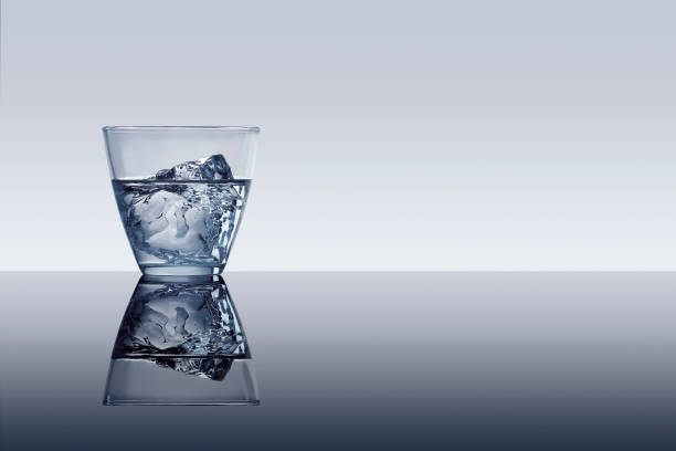 Ice cube in glass of water:スマホ壁紙(壁紙.com)