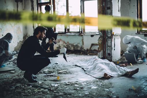 雪「Collecting evidence on a crime scene」:スマホ壁紙(16)