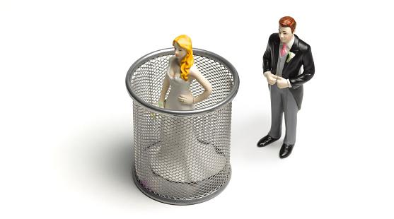 Married「Controlling Groom putting Bride in garbage bin」:スマホ壁紙(12)