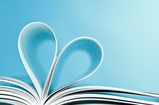 バレンタイン「お気に入りの本を読み、ページに折り返しハート型」:スマホ壁紙(9)