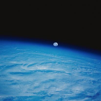 月「Earth from Space with the Moon Above」:スマホ壁紙(2)
