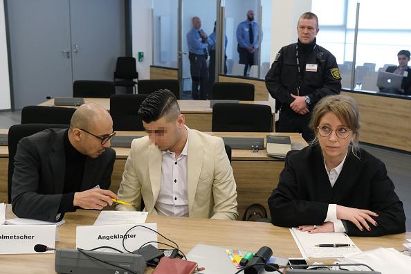 座る「Chemnitz Murder Trial Begins In Dresden」:写真・画像(9)[壁紙.com]