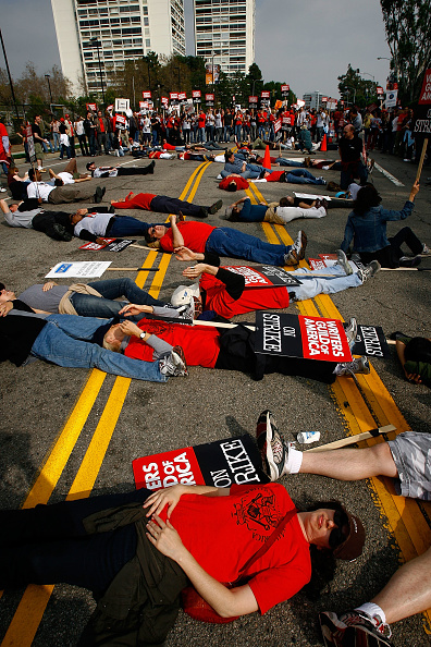 Support「Striking Writers Guild Holds Rally In Los Angeles」:写真・画像(2)[壁紙.com]