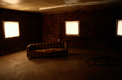 Squatter「Couch in Deserted Room」:スマホ壁紙(15)