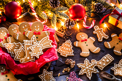Gingerbread Cookie「Homemade gingerbread cookies on Christmas table」:スマホ壁紙(7)
