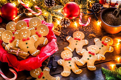 Gingerbread Cookie「Homemade gingerbread cookies on Christmas table」:スマホ壁紙(2)