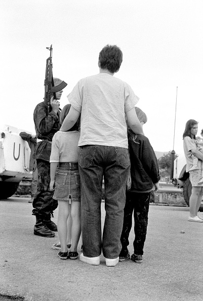 全身「Bosnia, Sarajevo, Mother embracing children at street check point」:写真・画像(15)[壁紙.com]