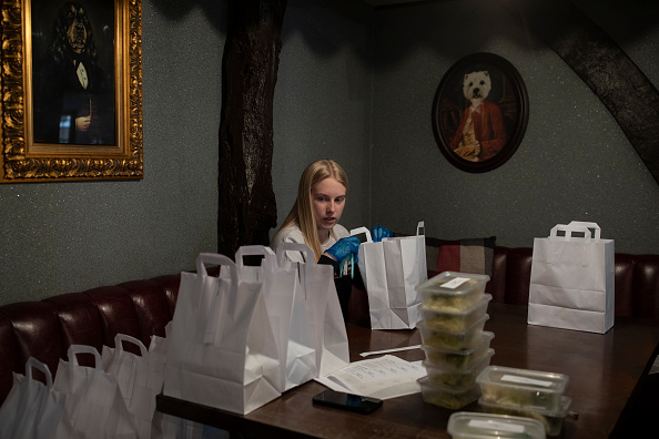 Pub Food「Volunteer Group Delivers Food To The Over Seventies During The Coronavirus Pandemic」:写真・画像(5)[壁紙.com]