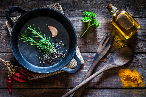 Recipe「Cooking: black cast iron pan with spices and herbs on wooden kitchen table」:スマホ壁紙(15)