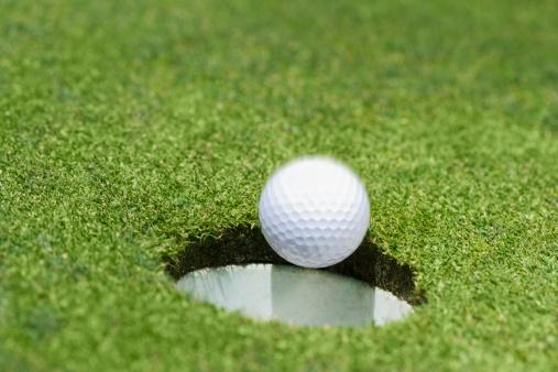 Success「Golf ball dropping into hole on green」:スマホ壁紙(13)