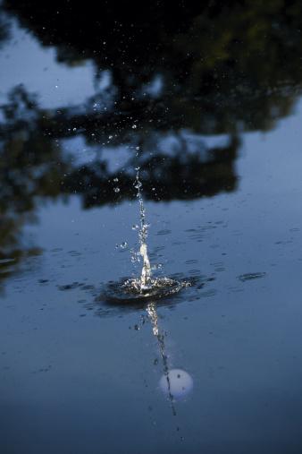 Water Hazard「Golf ball dropping in water trap」:スマホ壁紙(3)