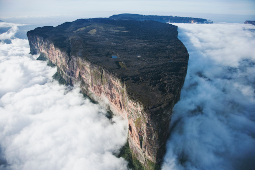 UNESCO「Roraima is the highest tepui reaching 2810 meters in elevation. These cloud covered flat top mountains are considered to be some of the oldest geological formations on Earth, Venezuela, South America」:スマホ壁紙(17)