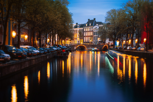 Amsterdam「Amsterdam Cityscape with Illuminated Canal Houses and Boats at Dusk」:スマホ壁紙(0)