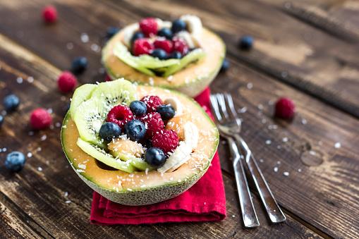 メロン「Half of a melon filled with fruit salad」:スマホ壁紙(7)