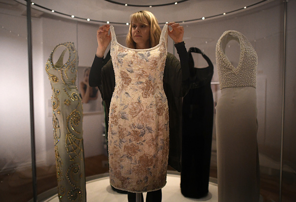 Exhibition「Kensington Palace Curators Install Dresses For The New Exhibition - Diana: Her Fashion Story」:写真・画像(5)[壁紙.com]
